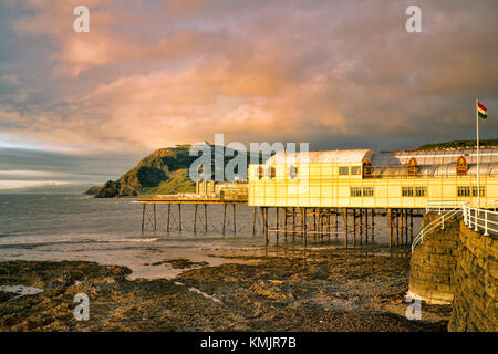 Ce tronçon de la côte galloise fait face à l'ouest, donc obtient quelques grand soleil. aberystwyth pier inauguré Banque D'Images