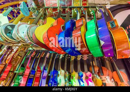 De nombreux classiques guitares en bois coloré accroché au mur dans le magasin d'exposition, motif à Istanbul grand bazar
