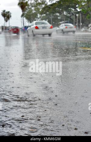 Des scènes de rue de Ross River Road pendant une tempête tropicale au début de la saison des pluies, Townsville, Queensland, Australie
