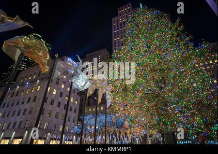Drapeaux de voler autour de la place centrale en face de l'arbre de Noël du Rockefeller Center, l'un des new york city's top attractions touristiques d'hiver