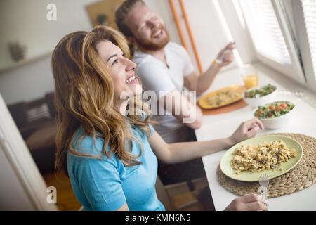 Couple ayant le petit déjeuner le matin et smiling Banque D'Images