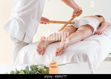Détail des mains humaines massage musculaire au mollet. Banque D'Images