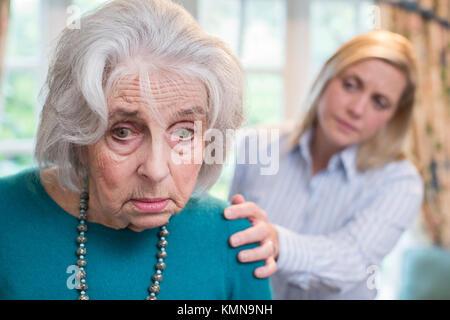 Confused Senior femme avec sa fille adulte à la maison Banque D'Images