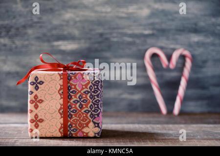 cadeau pour no l et des cannes de bonbon avec le ruban sur un fond de bois banque d 39 images. Black Bedroom Furniture Sets. Home Design Ideas