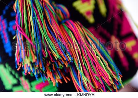 Close up of colorful glands suspendus à un sac à main fait maison Banque D  834be335d72