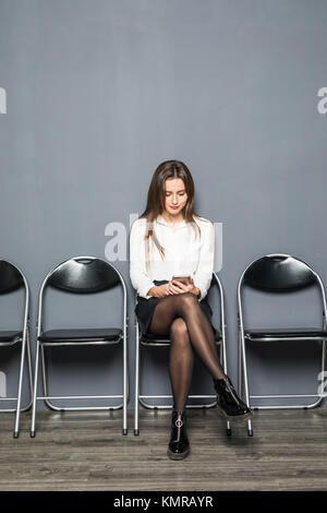 Charmante jeune femme sans emploi dans les verres smiling y avoir convaincu regardez avant d'entrevue d'emploi, Banque D'Images