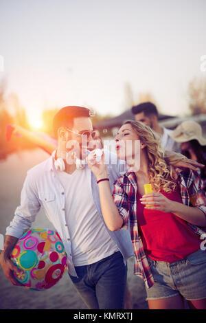 Les jeunes s'amuser à la plage en été Banque D'Images