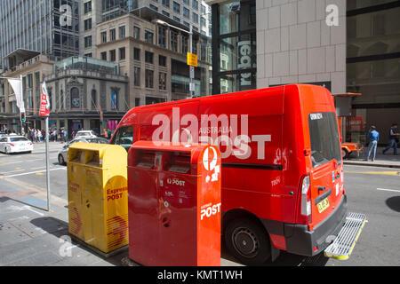 L'Australia Post van véhicule la collecte du courrier de la boîtes rouges et jaunes dans King Street, Sydney, Australie Banque D'Images