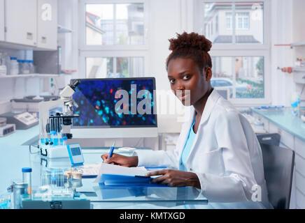 Chercheur africain, femme, travailleur de la santé, d'étudiants diplômés ou tech travaille en laboratoire de biologie moderne. Cette image est tonique.