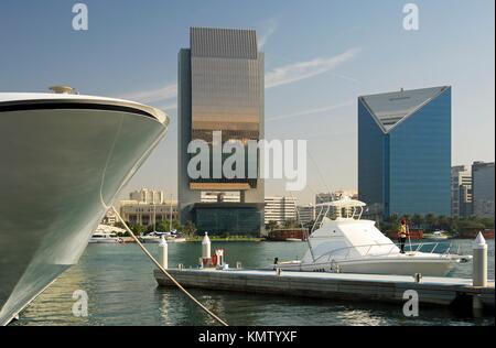 Yachts et architecture moderne sur les rives de la Crique de Dubaï, les bâtiments de la Banque Nationale de Dubaï, Banque D'Images