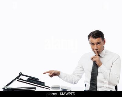 Relation entre un homme de race blanche et d'un moniteur d'ordinateur isolé sur fond blanc l'expression de concept Banque D'Images