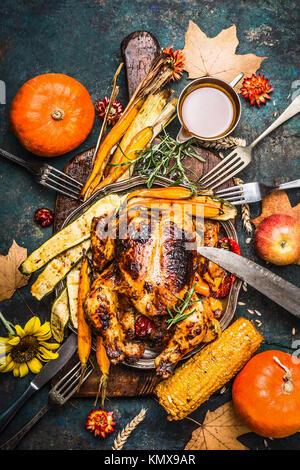 Farcis Rôti de dinde ou poulet avec légumes organic harvest et la citrouille pour le dîner de Thanksgiving servi Banque D'Images