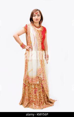Belle mariée robe colorée en bengali, isolé Banque D'Images