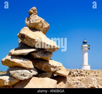 Barbaria formentera phare et faire un souhait monticule de pierres