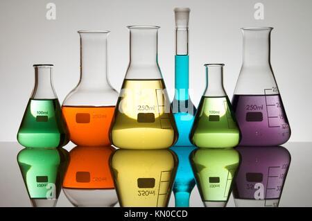 L'équipement de laboratoire avec liquide coloré Banque D'Images