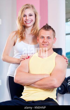 Portrait de jeunes femme et l'homme dans une salle de sport moderne Banque D'Images