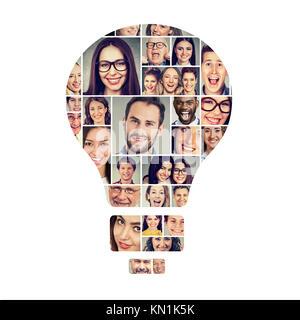 Concept d'équipe, la pensée positive et la créativité. Groupe de gens heureux en forme d'ampoule électrique Banque D'Images