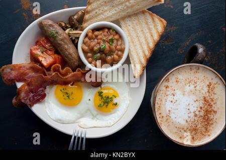 Un classique de l'alimentation Le petit déjeuner d'oeufs bacon ou saucisses tomates champignons haricots saucisses Banque D'Images