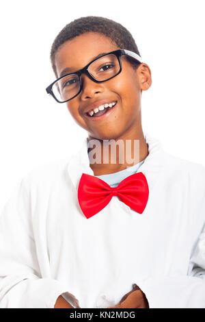Portrait of happy school boy astucieux, isolé sur fond blanc Banque D'Images