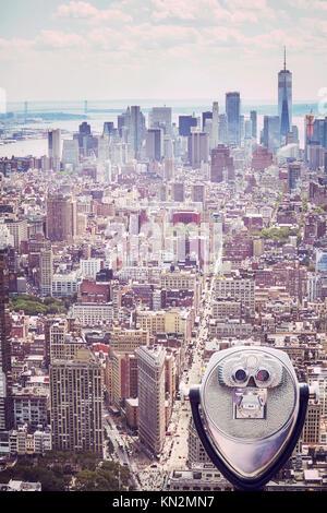 Tons vintage photo d'jumelles pointant à l'horizon de Manhattan, New York City, USA. Banque D'Images