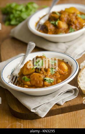 Le curry d'agneau délicieux avec les pois chiches dans un bol. Banque D'Images