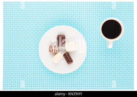 Assortiment de chocolat en plaque blanche et tasse de café. Banque D'Images