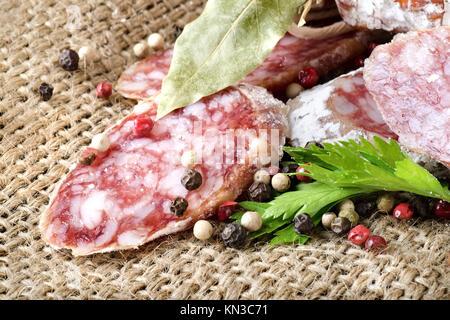 Salami saucisses et épices dans les tissus. Banque D'Images
