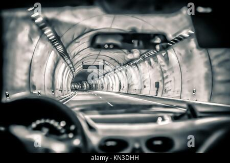 Résumé tonique photo d'une voiture roulant à travers l'autoroute tunnel. Banque D'Images