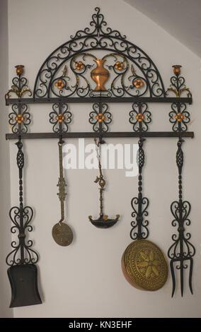 Outils de chauffage anciens qui pèsent sur le mur. Cet ensemble a été utilisé sur le siècle dernier, Badajoz, Espagne Banque D'Images
