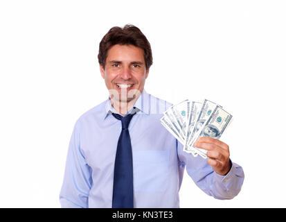 Portrait d'un business man holding up dollars en espèces contre l'arrière-plan blanc.