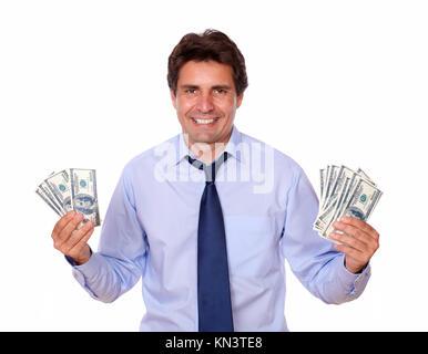 Portrait d'un homme charmant et souriant vous montrant les dollars contre l'arrière-plan blanc.