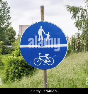 Partager la route bleue infomational signe pour les bicyclettes et les piétons en Pologne. Banque D'Images