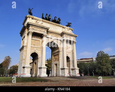Milano - monument célèbre l'arche de la paix à Milan, Lombardie, Italie. Banque D'Images
