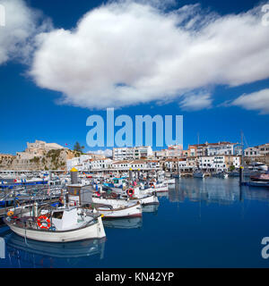 Vue sur le port de plaisance de Minorque Ciutadella et l'Ayuntamiento de ville Îles Baléares. Banque D'Images