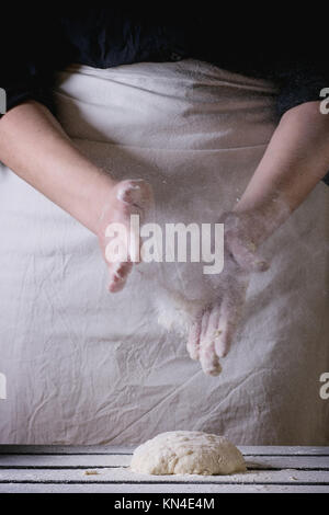 Women's Hands faire la pâte à pizza. Voir la série Banque D'Images