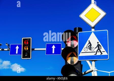 Feux de circulation plus de ciel bleu. Banque D'Images