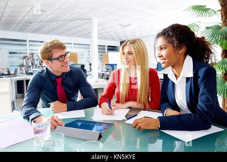 Les gens d'affaires exécutif bureau à la réunion de l'équipe d'équipe jeune multiraciale. Banque D'Images