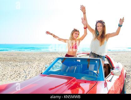 Belle fête ami filles dansant dans une voiture sur la plage heureux. Banque D'Images