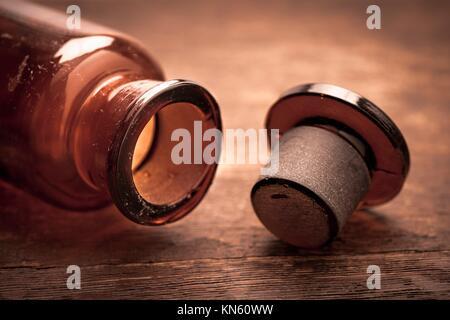 Flacon en verre brun à l'ancienne. Image conceptuelle de l'essai clinique historique, l'analyse scientifique et Banque D'Images
