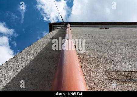 Vieille maison gouttière tuyau d'évacuation verticale Angle Perpsective Ciel Gros plan Banque D'Images