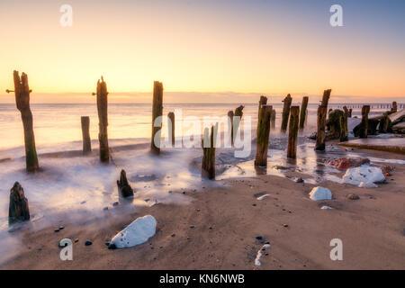 Ancien érodé les défenses de la mer au Yorkshire réserve naturelle de rejeter point