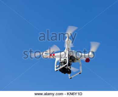 Drone quadcopter blanc, avec le petit caméscope. Banque D'Images