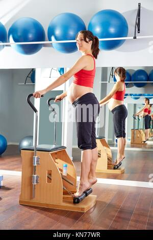Femme enceinte pilates exercice étirement tendineux dans wunda chair at sport indoor.