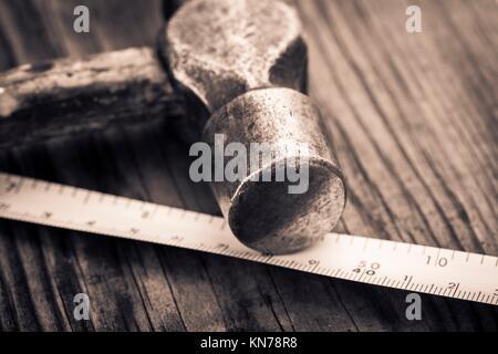 Vintage hammer lying on surface en bois de Workbench. Image conceptuelle d'amélioration à la maison, le bricolage Banque D'Images