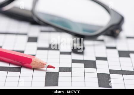 Libre de mots croisés et un stylo. Image conceptuelle de la résolution de problèmes, trouver des solutions et de Banque D'Images
