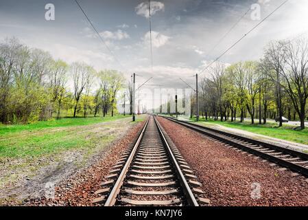 Ciel nuageux gris sur railroad au printemps. Banque D'Images