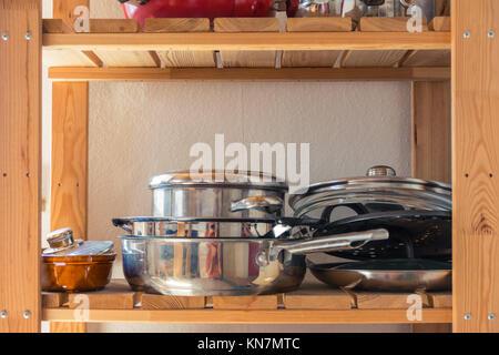 Les casseroles et poêles sur étagère de cuisine et l'espace vide de matériel de cuisine Banque D'Images