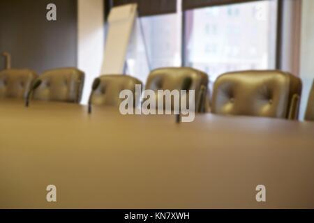 Arrière-plan flou de sièges vides lors d'une table basse. Banque D'Images