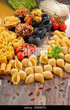 La composition avec choix de plats de pâtes sur une table de cuisine. Banque D'Images