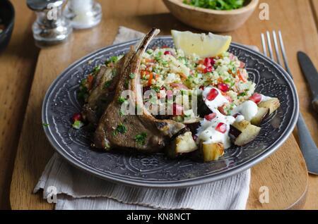 Salade de taboulé avec un carré d'agneau. Banque D'Images